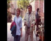 Hochgeladen 04.09.2021 - Unvermutet taucht Margots Vater Otto Krause auf, der bisher in Ost-Berlin gelebt hat. Obwohl Oma ihre Tochter und Enkelin diesen Besuch sorgsam vorbereiten will, eilt Otto zum Würstelstand.