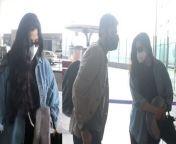 Anil Kapoor's daughter Rhea Kapoor Spotted with Husban Karan Boolani at Mumbai Airport.Watch Video To Know More<br/><br/>#AnilKapoor #RheaKapoor #RheaKunalSpotted